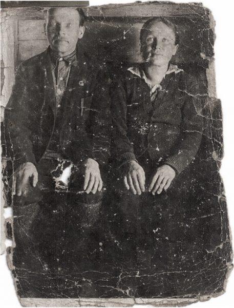 Каллистрат Максимович и Ирина Ивановна Корелины, д.Третьяки Очерского р-на. 1 апреля, 1944 год. (Рваная дырка на фото – след от осколка мины, ранившей Алексея)
