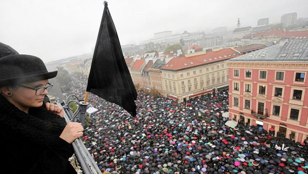 В Польше передумали запрещать аборты после «черного понедельника»