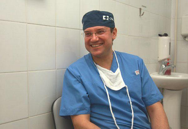 Известный хирург спас жизнь человеку на борту самолета
