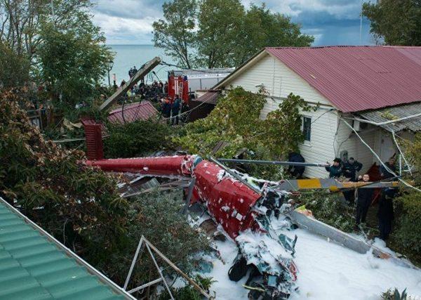 В Сочи вертолет упал на жилой дом, есть жертвы