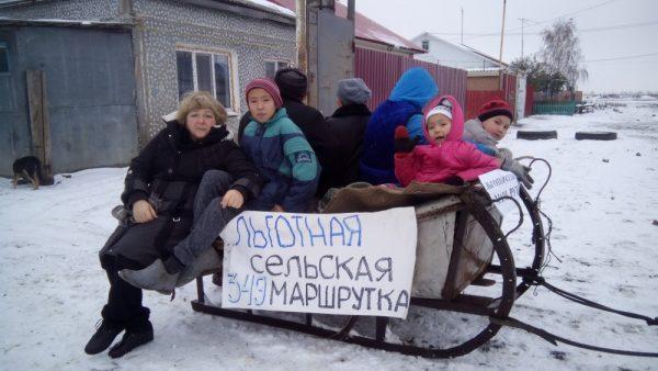 Оставшиеся без транспорта граждане Омского района запрягают сани