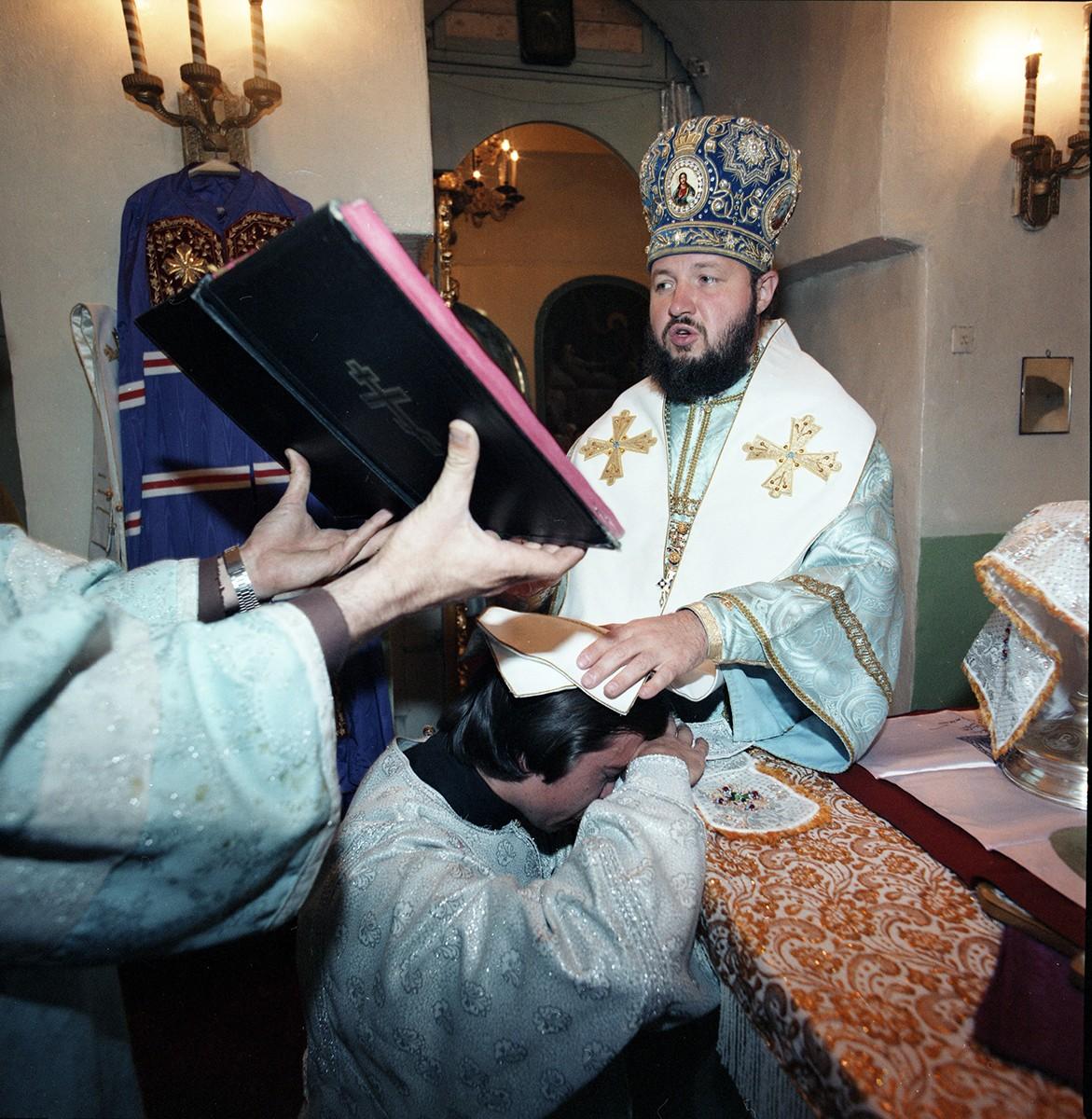 Архиепископ Кирилл совершает хиротонию. Смоленск. 1980-е гг.