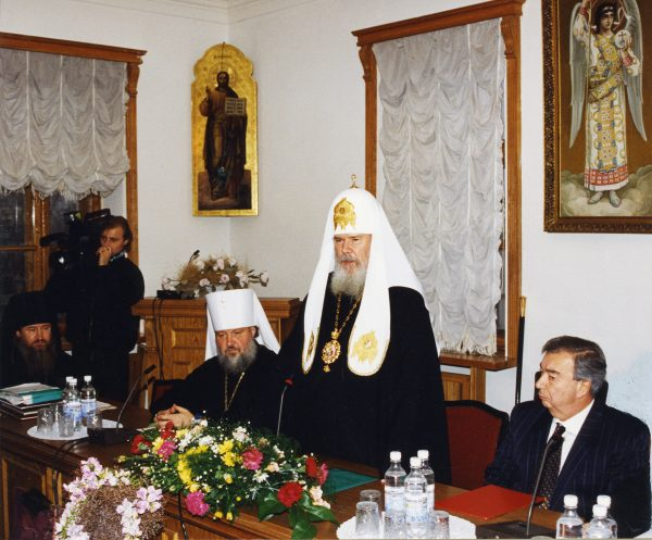 Святейший Патриарх Алексий II произносит приветственное слово по случаю 50-летия митрополита Смоленского и Калининградского Кирилла. Ноябрь 1996 г.