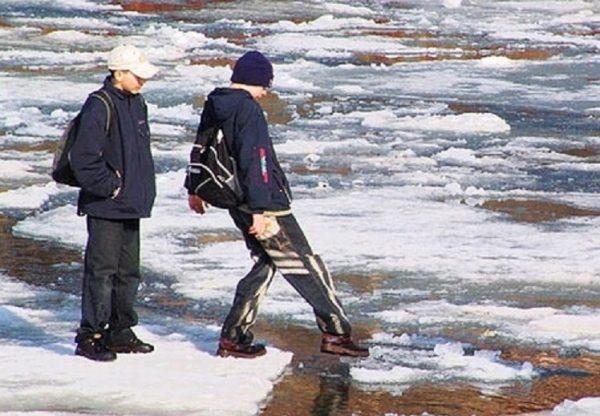 Прикарпатські рятувальники пильнують підлітків, які приходять відпочивати до небезпечних водойм