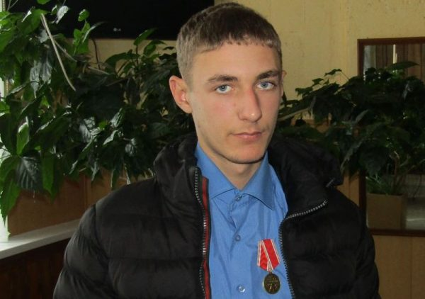 В Красноярске наградили 16-летнего юношу, спасшего трех детей на пожаре