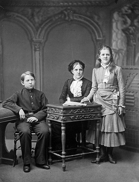 Анна Григорьевна Достоевская с детьми, Любовью и Федором; 1870-е
