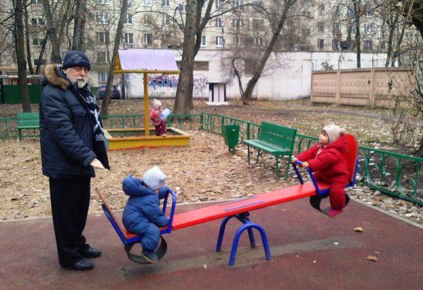 Дедушка проводит спортподготовку