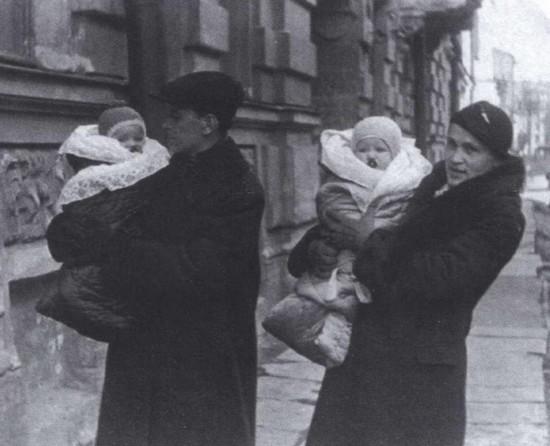 Дмитрий Сергеевич и Зинаида Александровна с дочками Верой и Милой. 1937 г.