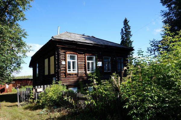 Дом семьи Увицких на котором висит памятная доска что здесь проживал сказочник Павел Бажов