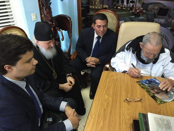Фидель Кастро подписывает свою фотографию для Патриарха Кирилла. Фото Алехандро Кастро, из личного архива Мигеля Паласио