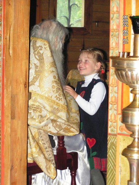 Катя, крестница отца Виктора,, отражает как зеркало, сияние батюшки. Фото: Марина Гриц