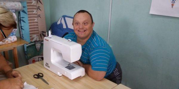 В Омске дети с синдромом Дауна шьют пеленки для детей-отказников