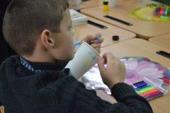 Воспитанники детдома нарисовали свои мечты на кофейных стаканчиках