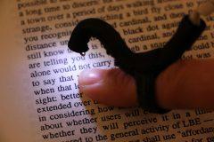 Американские инженеры создали «читающий» напальчник для слепых