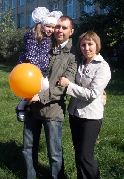Денис с женой и дочкой