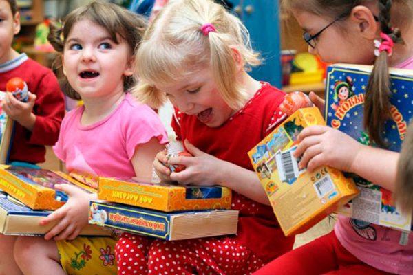 Новогодние подарки детдомовцам – дарить или не дарить?