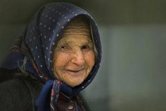 Баба Таня с картонной иконкой