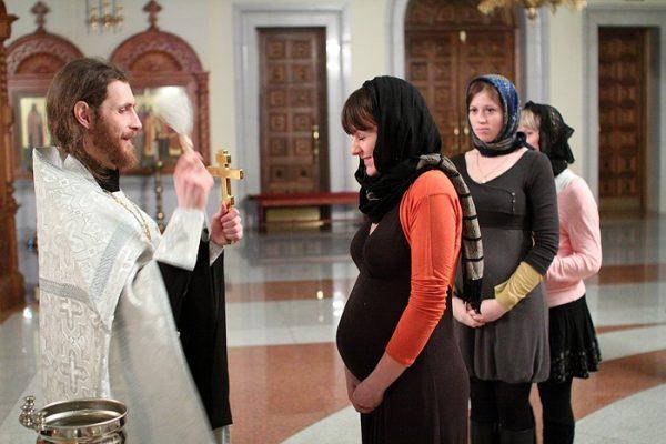Можно ли беременным ходить в церковь? Отвечают священники!