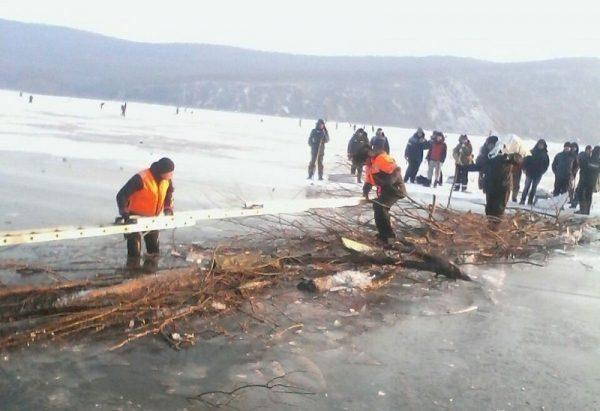На Дальнем Востоке спасли более 140 рыбаков с затопленной льдины