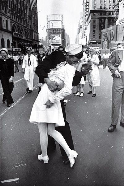 Альфред Эйзенштадт. День победы на Таймс-сквер. 1945. «И вдруг я увидел, как какое-то белое существо сгребли в объятья. Я повернулся и щелкнул момент, когда моряк целует медсестру», – Альфред Эйзенштадт.