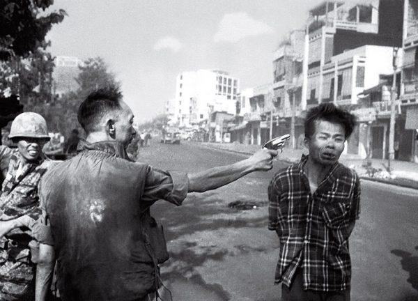 Эдди Адамс. Казнь в Сайгоне. 1968. «В тот день были уничтожены две жизни. Жизнь генерала была уничтожена так же, как жизнь вьетконговца. Я не хочу отнимать жизни. Это не моя работа», – Эдди Адамс.