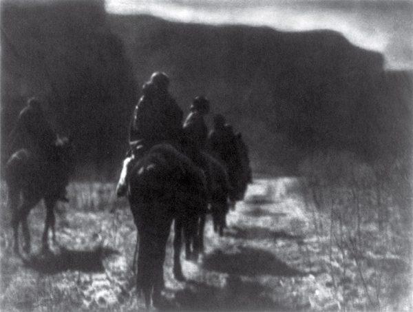 Эдвард Кертис. Исчезающая раса. 1904. «Смерть любого старого мужчины или женщины – это исчезновение традиции и знаний священных обрядов, которыми они обладали», – Эдвард Кертис.