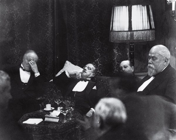 Эрих Заломон. Гаага. 1930. «Если Заломон не фотографировал очередную официальную встречу, люди не верили, что она хоть сколько-нибудь важна!» – министр иностранных дел Франции Аристид Бриан.
