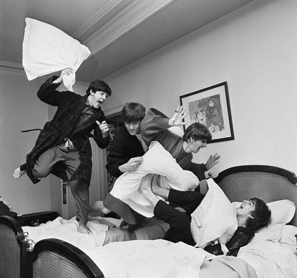Гарри Бэнсон. Бой подушками. 1964. «Битлз больше никогда не будут драться подушками, и я больше никогда не смогу повторить этот снимок», – Гарри Бэнсон.