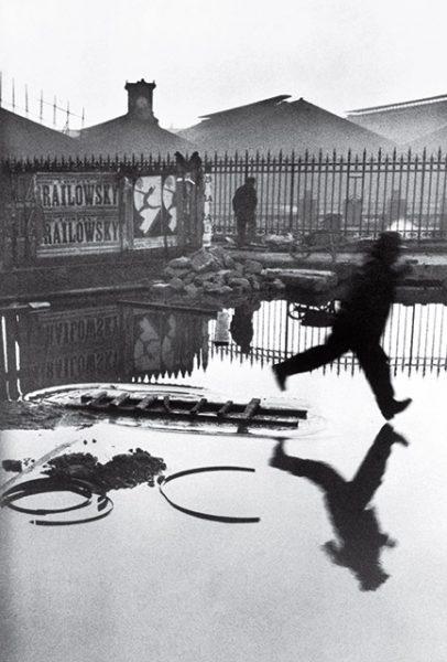 Анри Картье-Брессон. Позади вокзала Сен-Лазар. 1932. «В фотографии все дело в удаче. Там был забор, и я вставил мою камеру в щель забора. Это доля секунды», – Анри Картье-Брессон.