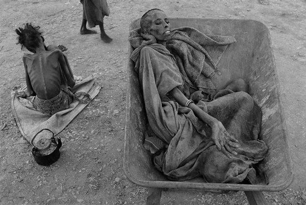 Джеймс Нахтвей. Голод в Сомали. 1992. «Если люди нуждаются или страдают, это вовсе не значит, что они теряют достоинство», – Джеймс Нахтвей.