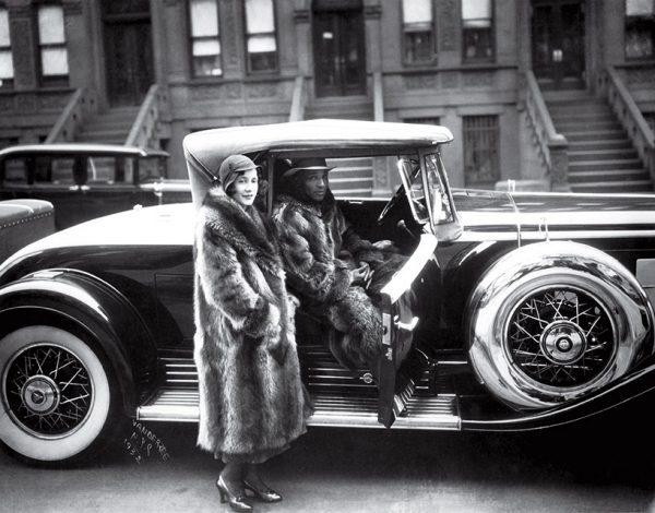 Джеймс ван дер Зее. Пара в енотовых шубах. 1932. «Я всегда стремился к тому, чтобы люди хорошо выглядели на фото, чтобы они выглядели так, как они бы сами желали выглядеть», – Джеймс ван дер Зее.