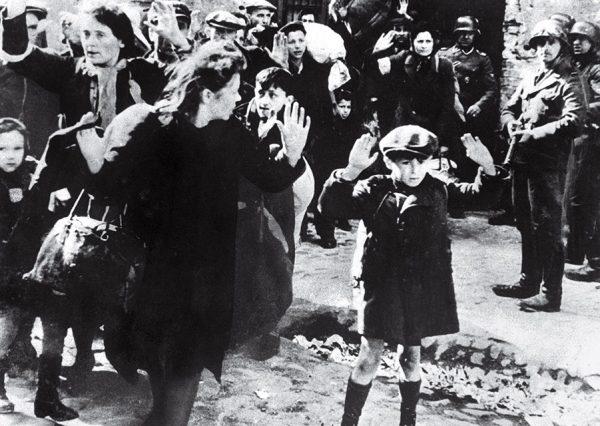 Еврейский мальчик сдается в Варшаве. Автор неизвестен. 1943. «Я держу отчет, написанный с тевтонским вниманием к деталям, иллюстрированный фотографиями, удостоверяющими этот совершенно невероятный текст», – Роберт Джексон, главный обвинитель от США на Нюрнбергском процессе.