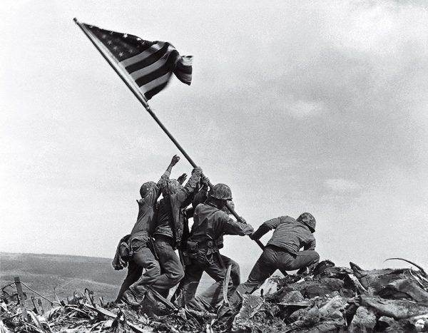 Джо Розенталь. Водружение флага над Иводзимой. 1945. «Снимок показывал ту картинку, которую хотели видеть американцы», – Хэл Бьюэлл, редактор AP Photo.