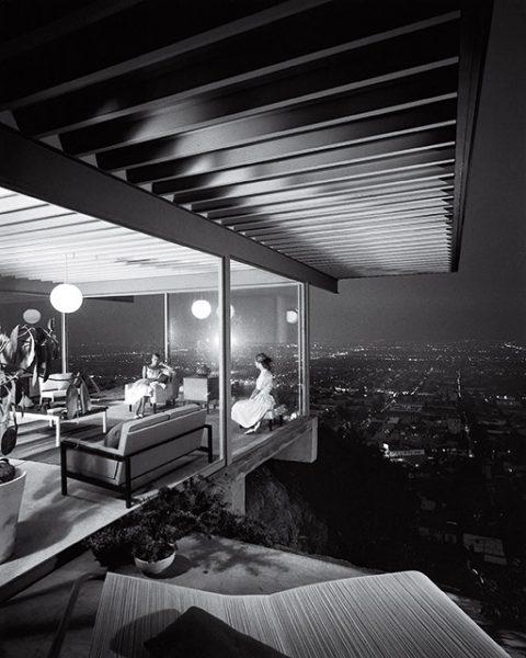 Джулиус Шульман. Дом Case Study House #22. Лос-Анджелес, 1960. «Это было время, когда мы строили ракеты, чтобы полететь на Луну, и планировали колонизировать Марс, снимок прекрасно отображает дух того времени», – Том Форд, дизайнер.