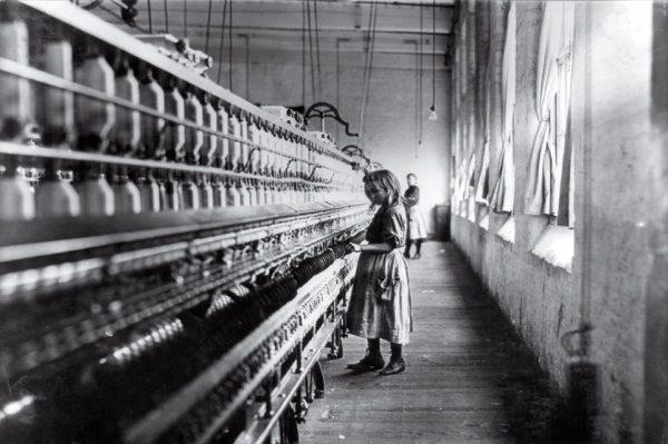 Льюис Хайн. Девочка с фабрики хлопка. 1908. «Фотография может осветить темноту и разоблачить невежество», – Льюис Хайн.