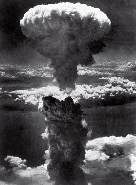 Чарльз Леви. Атомный гриб над Нагасаки. 1945. «Люди в хвостовой части нашего корабля увидели гигантский шар огня, поднимающийся будто из недр земли», – Уильям Л. Лоренс, очевидец.