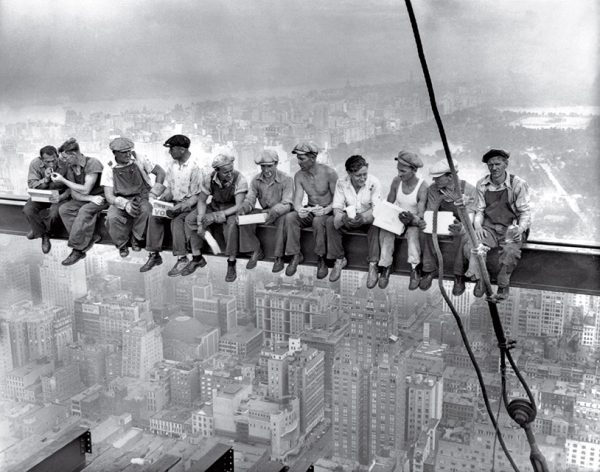 Обед на небоскребе. Автор неизвестен. 1932. «Увидев эту фотографию однажды, вы ее уже не забудете», – Кристин Руссель, историк Рокфеллеровского центра.