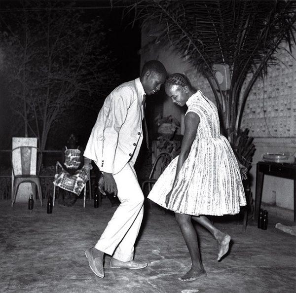 Малик Сидибе. Рождественская вечеринка. 1963. «Молодежь играет в детские игры. В такие моменты веришь, что боли не существует», – Малик Сидибе.