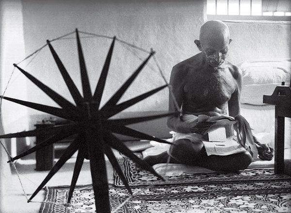 Маргарет Бурк-Уайт. Ганди рядом со своей прялкой. 1946. «Отказ от насилия – кредо Ганди, а прялка – идеальное оружие», – Маргарет Бурк-Уайт.