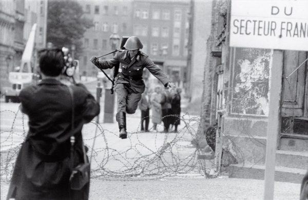 Петер Ляйбинг. Прыжок к свободе. 1961. «Я стоял там два часа, глядя в сторону Западного Берлина и оглядываясь назад, на Восточный Берлин. Затем я прыгнул», – Ганс Конрад Шуманн.