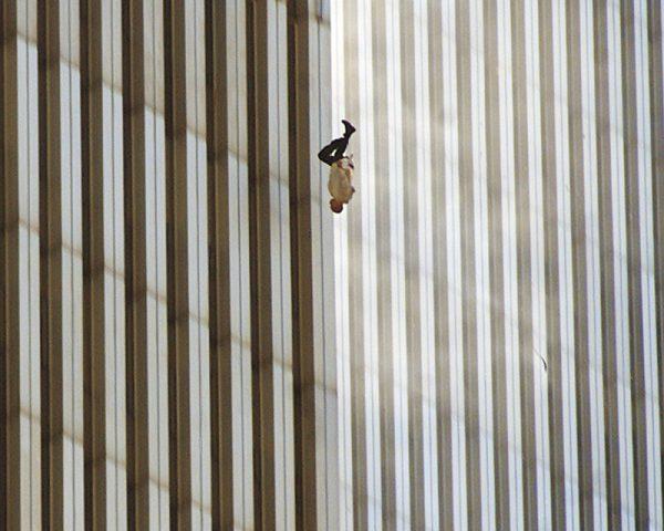 Ричард Дрю. Падающий человек. 2001. «Я никогда не жалел, что сделал это фото», – Ричард Дрю.