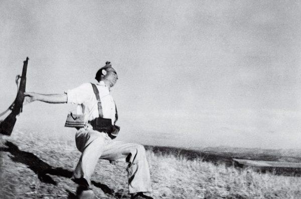 Роберт Капа. Падающий солдат. 1936. «Камера, которую я держал над головой, запечатлела падающего солдата в тот момент, когда он был застрелен. Пожалуй, это мой лучший снимок», – Роберт Капа.