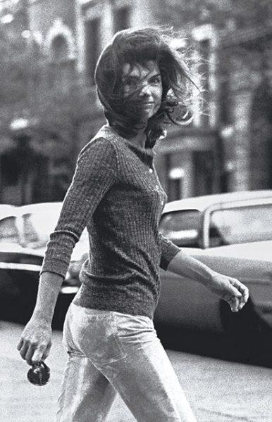 Рон Галелла. Унесенная ветром Джеки. 1971. «На углу я сделал гениальную вещь – я взял такси, потому что приходится прятаться, чтобы сделать внезапное фото», – Рон Галелла.