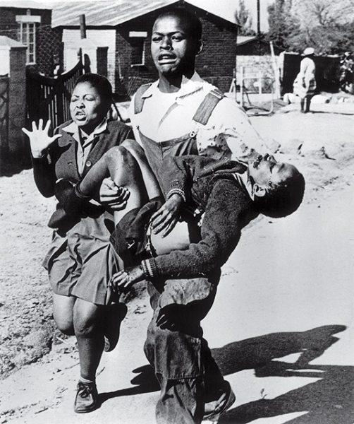 Сэм Нзима. Восстание в Соуэто. 1976. «Полицейские пробегали передо мной, расстреливая студентов», – Сэм Нзима.