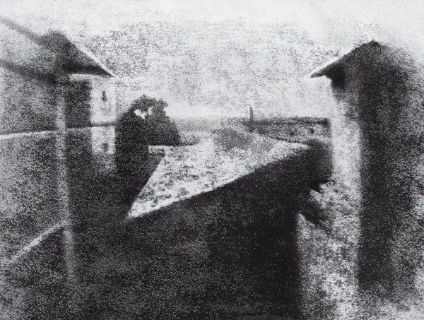 Жозеф Нисефор Ньепс. Вид из окна в Ле Гра. 1826. «Это открытие я назвал гелиографией – изображение появляется под воздействием света», – Жозеф Нисефор Ньепс.