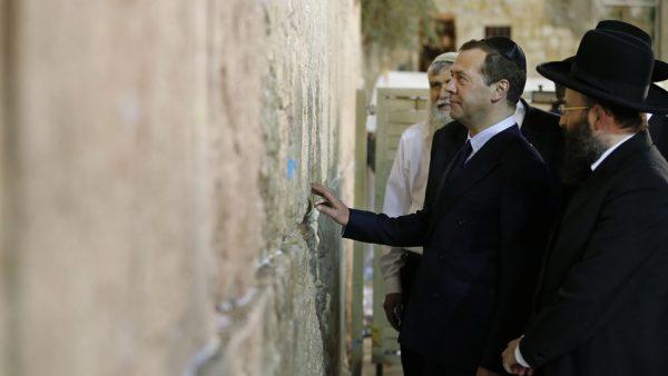 Медведев посетил Храм Гроба Господня и Стену Плача в Иерусалиме