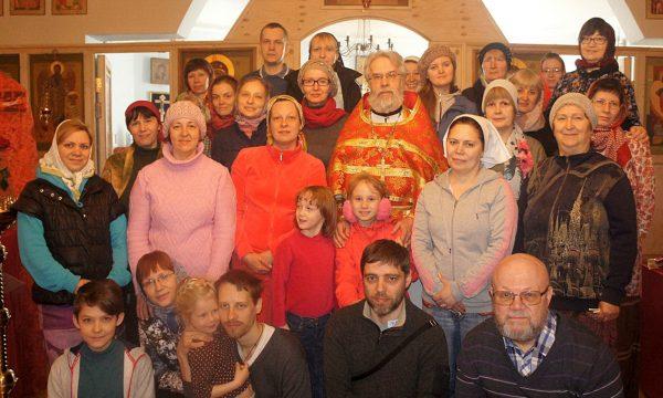 Отец Алексий с прихожанами