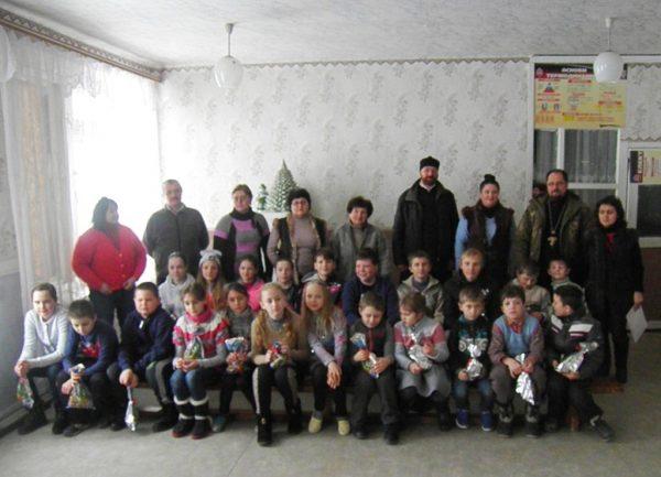 Священники привезли 20 тонн еды, одежды и подарков на восток Украины