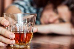Минздрав связал популярность суррогатного алкоголя с проблемами в экономике