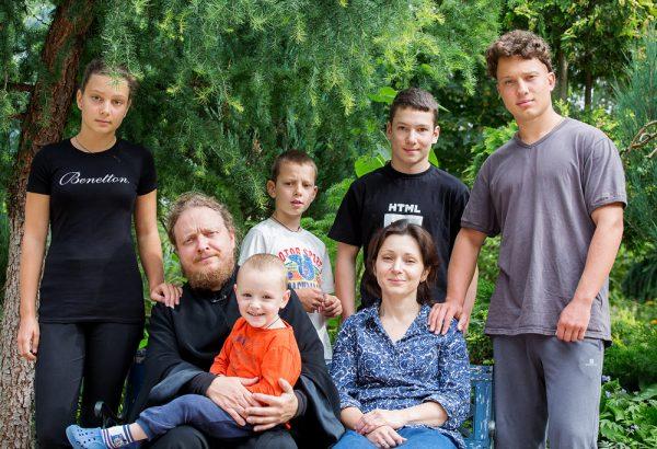 Протоиерей Федор Бородин с семьей. Фото: Анна Гальперина